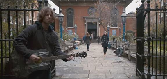 герой фильма Уличный кот по кличке Боб играет на гитаре один
